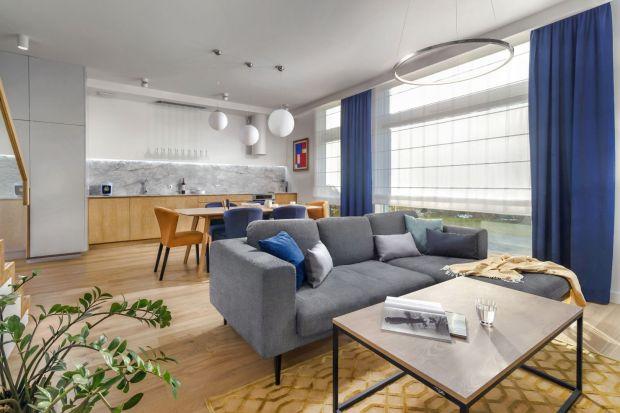 Salon z kuchnią to rozwiązanie, które sprawdzi się zarówno w małym mieszkaniu w bloku, jak i w dużym domu. Jak urządzić otwartą strefę dzienną, aby była piękna i funkcjonalna? Zobaczcie świetne pomysły naaranżację salonu z kuchnią.&