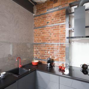 Ściana nad blatem w kuchni wykończona została przezroczystym szkłem. Projekt: Nowa Papiernia. Fot. Bartosz Jarosz