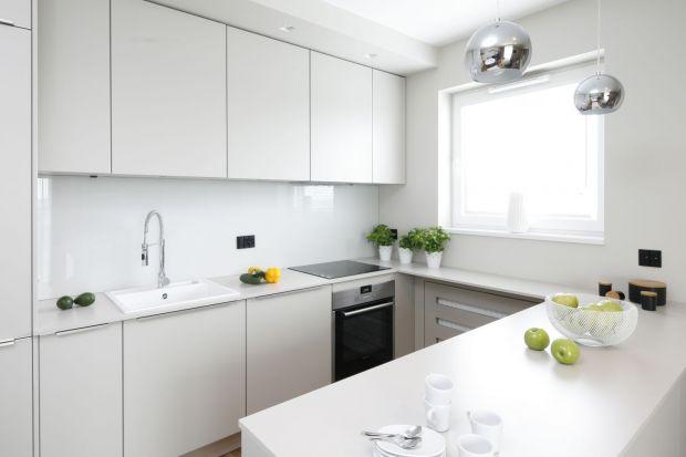 Szkło to świetny pomysł na wykończenie ściany nad blatem w kuchni. Jest praktyczne i bardzo ładnie wygląda. Zobaczcie piękne aranżacje kuchni, w których ściana nad blatem wykończona jest właśnie szkłem.