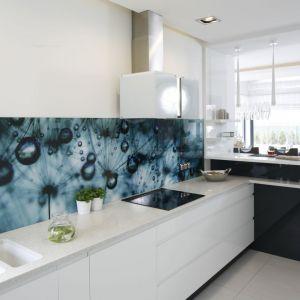 Ścianę nad blatem w kuchni wykończono szkłem z nadrukiem w dmuchawce. Projekt: Renata Modrzyńska-Kasiak. Fot. Bartosz Jarosz