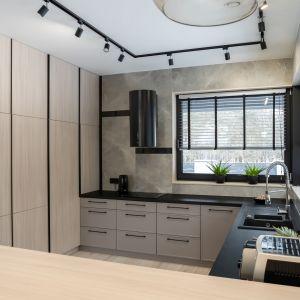W kuchni całkiem zrezygnowano z szafek wiszących, bo większą część powierzchni ścian zajmuje duże, narożne okno panoramiczne. Projekt: Donata Gadalska, DG Studio. Fot. Jacek Fabiszewski