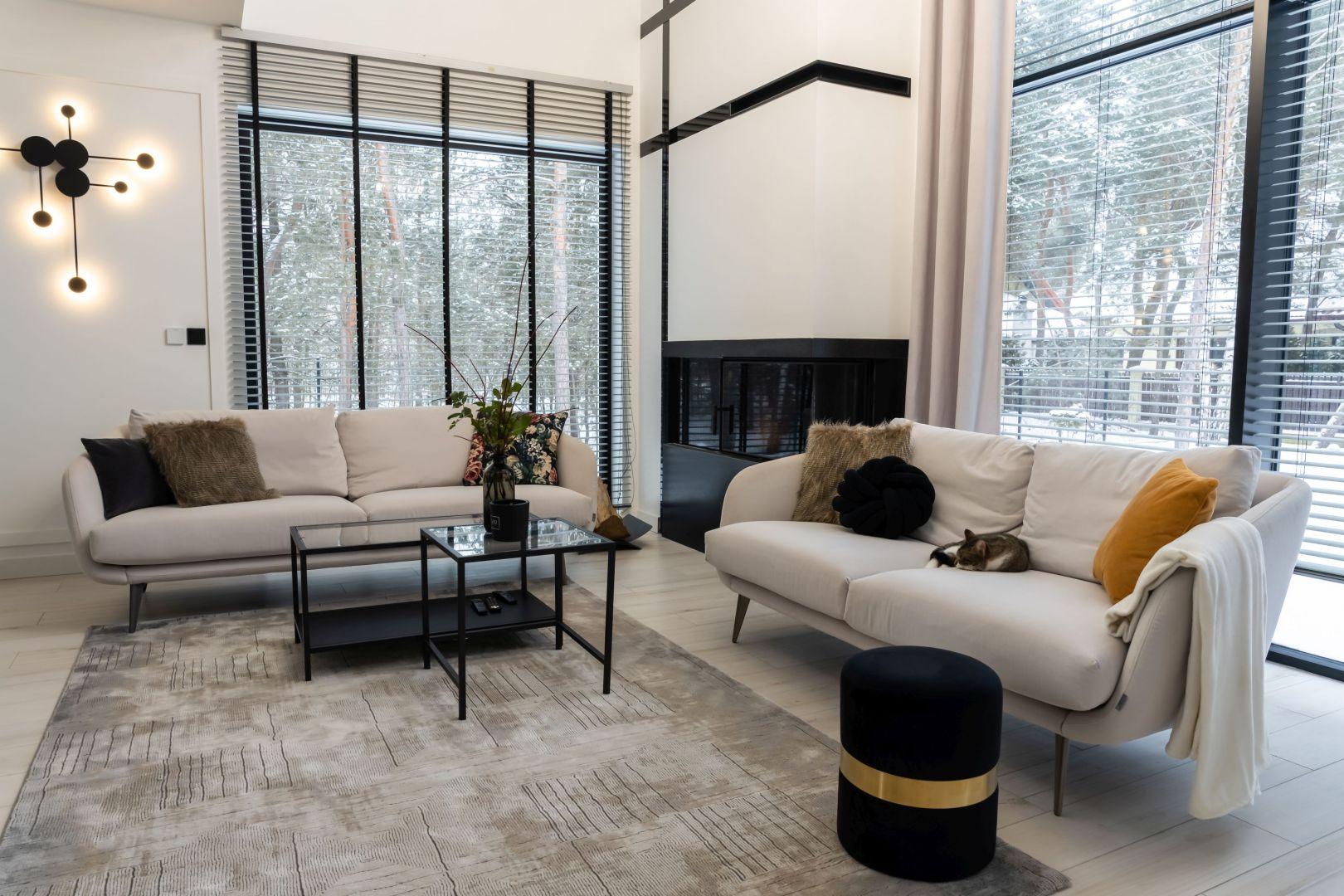 W salonie pięknie prezentują się lekkie sofy MTI Furninova o obłych kształtach, które nie przytłaczają swoją bryłą. Ich wielkim atutem jest niezbyt duży ciężar i mobilność. Projekt: Donata Gadalska, DG Studio. Fot. Jacek Fabiszewski