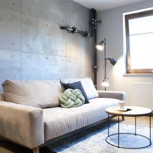 Salon w bloku z mocnym akcentem w postaci betonowej ściany. Projekt Ewelina Mikulska-Ignaczak, Mikulska Studio. Fot. Jakub Ignaczak, K1M1