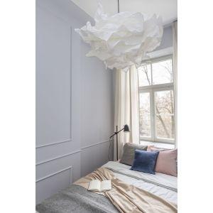 Sypialnię urządzono w jasnej kolorystyce. Projekt: Decoroom. Fot. Pion Poziom