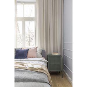 Drewniana podłoga ociepla przestrzeń niedużej sypialni. Projekt: Decoroom. Fot. Pion Poziom