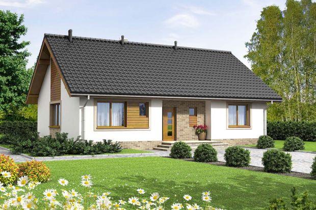 Mały, uroczy i energooszczędny dom parterowy, który świetnie wpisuje się w każde otoczenie, a zarazem posiada swój oryginalny styl. Dzięki bardzo prostej formie jest tani i łatwy w budowie.<br /><br /><br />