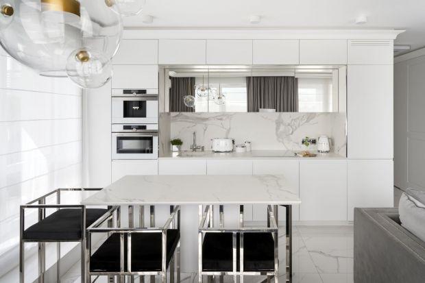 Biała kuchnia nie wychodzi z mody. I nic w tym dziwnego, skoro prezentują się niezwykle elegancko, dodając wnętrzu świeżości i charakteru.