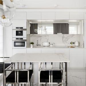 Biała kuchnia z marmurem. Projekt Magdalena Miśkiewicz, Fot. Łukasz Zandecki