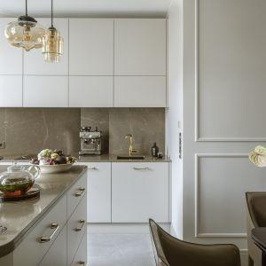 Biała kuchnia z naturalnym kamieniem. Projekt Hola Design Fot. Yassen Hristov