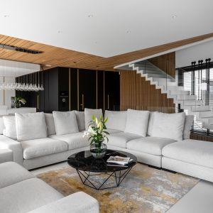 Salon z drewnem w roli głównej. Projekt Joanna Ochota Archimental Concept JOana. foto Mateusz Kowalik