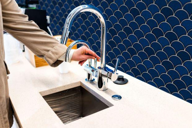 Kolor niebieski, zarówno w jasnych odcieniach, jak i mocnym indygo, kobalcie czy granacie to prawdziwy hit we wnętrzach. Zobaczcie piękne niebieskie płytki do łazienek i kuchni!