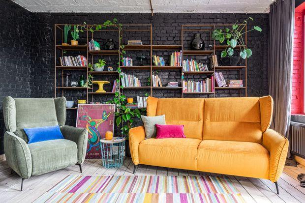 Modułowość, kolor, wygoda, przyjemne w dotyku materiały, polski design - to trendy, które w tym roku będą rządzić designem mebli wypoczynkowych w salonie. Jakie sofy i narożniki będą na topie? Zobaczcie!