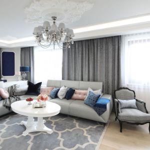 Szary salon urządzono w modern classic. Projekt: Edyta Niewińska. Fot. Bartosz Jarosz