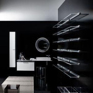 Ciekawą kompozycję stanowi czerń na ścianach z elementami w bieli. Na zdjęciu kolekcja KartellbyLaufen. Przeźroczyste elementy tworzą wyjątkowy nowoczesny efekt. Fot. Laufen