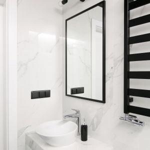 Mała biało-czarna łazienka. Projekt: Paulina Zwolak, Jakub Nieć, pracownia Projektyw. Zdjęcia: Jakub Dziedzic