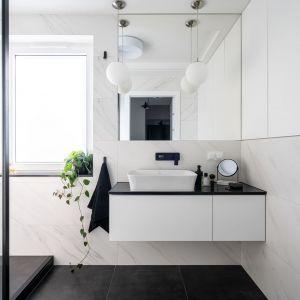Zawsze na czasie czarno-biała łazienka. Fot. KODO Projekty i Realizacje Wnętrz
