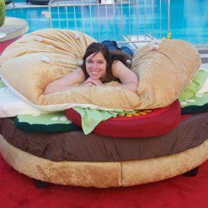 Whopper Bed - łóżko w kształcie hamburgera, zaprojektowane przez Kaylę Kromer. Fot. Kayla Kromer