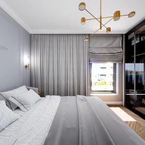 Wygodna sypialnia z szafą, które fronty wykończone są transparentnym szkłem. Projekt i wizualizacje: Monika Staniec