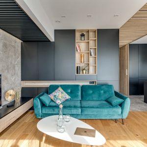 Zielona sofa w nowoczesnym salonie. Projekt Marta Kilan, Anna Kapinos, Tomasz Słomka. Fot. Radosław Sobik