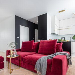Bordowa sofa oddziela kuchnię od salonu. Projekt Decoroom. Fot. Pion Poziom