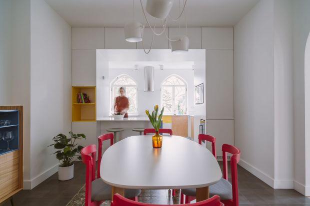 Ten dom w Warszawie znajduje się pod opieką konserwatora zabytków. Za jego projekt wnętrz po generalnym remoncie odpowiadały architektki z pracowni A+A. Zobaczcie efekty ich pracy!