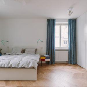 Za funkcjonalność sypialni odpowiada pojemna szafa na zamówienie. Projekt: Agata Ambrożewska, Agata Krzemińska,  pracownia A+A. Zdjęcia: PION Studio