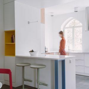 W kuchni znalazły się proste białe fronty. Projekt: Agata Ambrożewska, Agata Krzemińska,  pracownia A+A. Zdjęcia: PION Studio