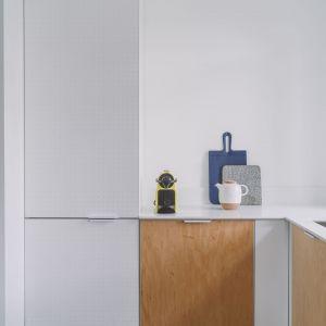 Ciekawy pomysł na kuchnię - w ramkach znalazły się fronty ze sklejki, mdfu i blachy perforowanej. Projekt: Agata Ambrożewska, Agata Krzemińska,  pracownia A+A. Zdjęcia: PION Studio