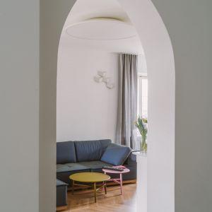 W domu pozostawiono nietypowe łukowe przejścia. Projekt: Agata Ambrożewska, Agata Krzemińska,  pracownia A+A. Zdjęcia: PION Studio