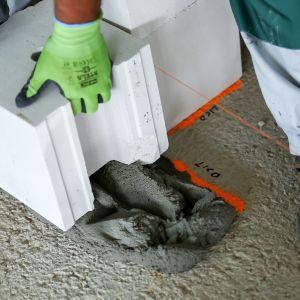 Na odpowiednio zabezpieczonych fundamentach wytyczamy zgodnie z projektem osie przyszłych ścian i dokonujemy niwelacji podłoża. Fot. H+H