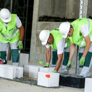 Zanim przystąpimy do prac murarskich musimy pamiętać o poziomej izolacji przeciwwilgociowej, która zabezpieczy ściany przed przenikaniem wilgoci. Fot. H+H