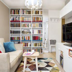 Mały salon urządzony został w jasnych kolorach. Projekt i zdjęcia: Krystyna Dziewanowska, RedCureb Design