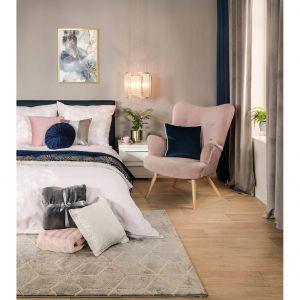 Synonimem aranżacji sypialni teściowej jest niepowtarzalny kobiecy urok i przytulność dodatków. Stylizacja jest funkcjonalna, a równocześnie wyróżnia się niezwykłą estetyką, za sprawą odpowiednio dopasowanych akcesoriów. Fot. Salony Agata