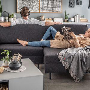 Kanapa na środku pokoju - tu na zdjęciu ciekawy pomysł na  kanapę dwustronną. Fot. VOX