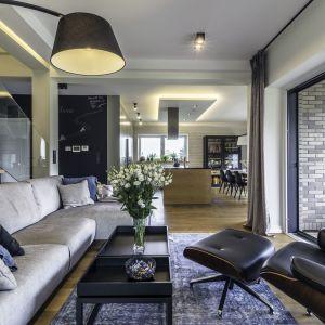 Salon jest otwarty na kuchnię. Projekt: Dominika Jurczak, DK architektura wnętrz. Fot. Krzysztof Czapor