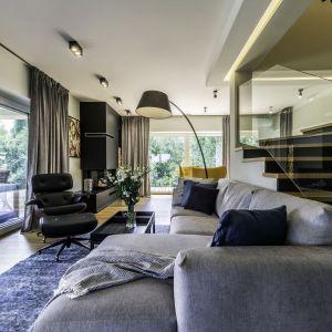 W salonie mamy część wypoczynkową z dużym, wygodnym narożnikiem otwarta. Projekt: Dominika Jurczak, DK architektura wnętrz. Fot. Krzysztof Czapor