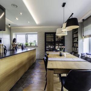 Kuchnia z jadalnią jest przestronna i bardzo wygodna. Projekt: Dominika Jurczak, DK architektura wnętrz. Fot. Krzysztof Czapor