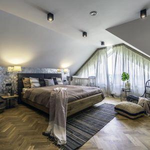 Sypialnia jest ciepła i przytulna. Projekt: Dominika Jurczak, DK architektura wnętrz. Fot. Krzysztof Czapor