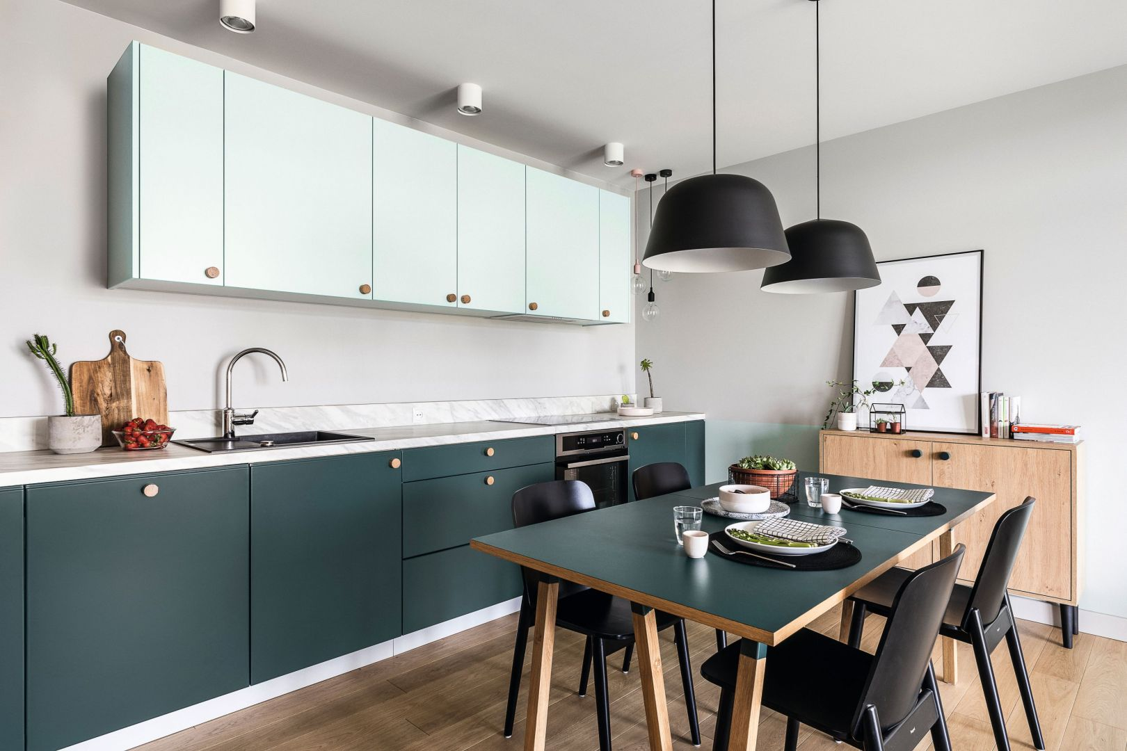 Otwarta kuchnia z jadalnią. Projekt: Raca Architekci. Fot. Fotomohito