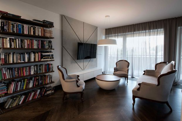 Właściciele postawili na przestrzeń, która będzie wygodna, nowoczesna z indywidualnym śladem gustów i przyzwyczajeń. Tak powstał apartament, konsekwentny w formie i rysunku. Minimalistyczny w kolorze i materiale, a jednocześnie ciepły i eleganc