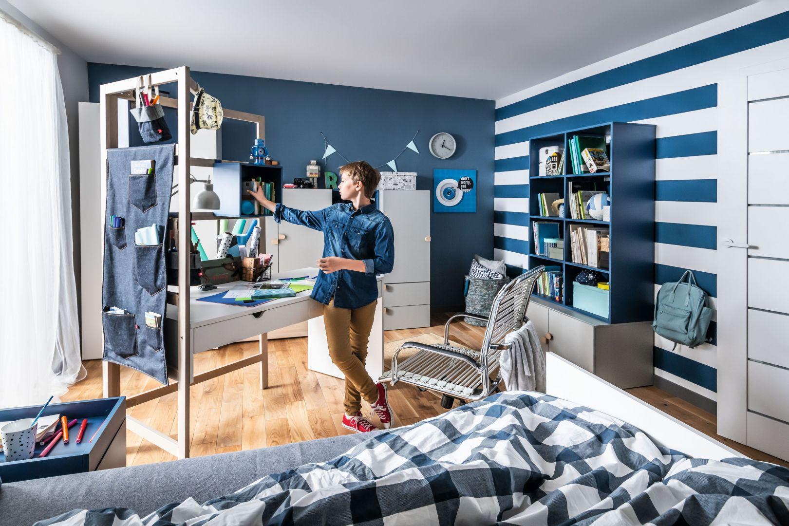 Kolekcja modułowych mebli Stige umożliwia dzieciom budowanie pierwszego, w pełni dopasowanego do nich miejsca. Drabinka będąca elementem konstrukcyjnym biurka może służyć do zawieszania jeansowych organizerów, tablic oraz skrzynek. Fot. Vox