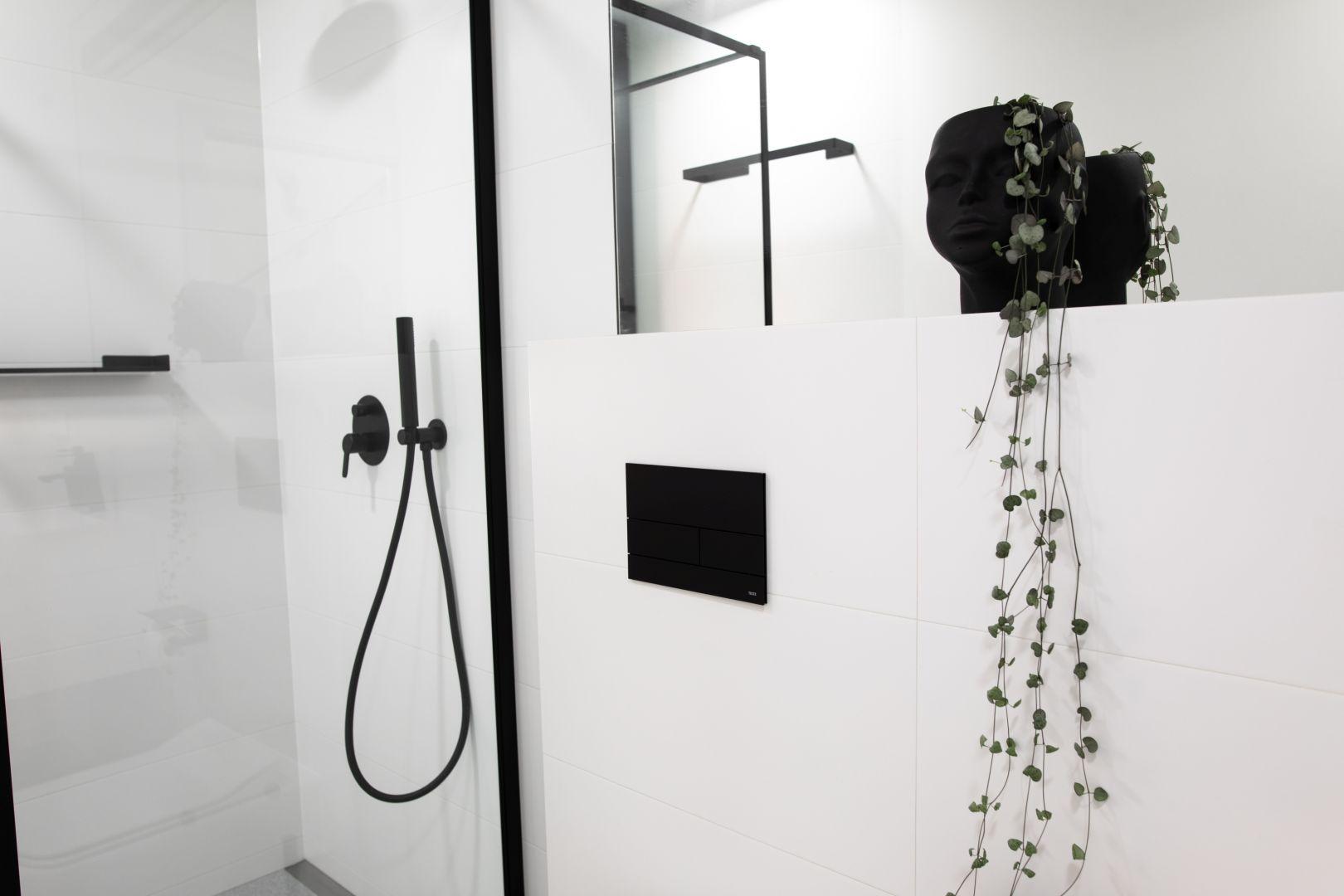 Biel i czerń w łazience. Fot. Tece