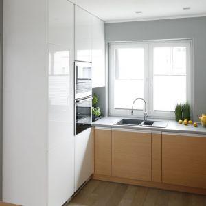 W małej kuchni w bloku sprawdzą się odbijające światło materiały i jasne kolory. Projekt: Beata Kruszyńska. Fot. Bartosz Jarosz