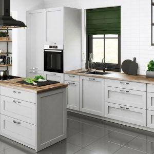 Jasnoszary kolor idealnie pasuje do kuchni w skandynawskim czy klasycznym stylu. Na zdjęciu kuchnia Austin marki Classen. Fot. Classen