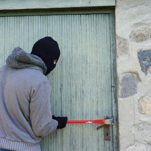 Nie bez powodu klienci chętnie wybierają drzwi antywłamaniowe, które mogą zapewniać różny poziom bezpieczeństwa, są konstrukcyjnie wzmocnione, z rozwiązaniami utrudniającymi ich wyważenie lub zniszczenie oraz posiadają certyfikowane okucia. Fot. Gerda