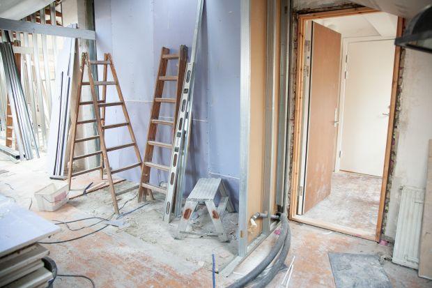 Zakup antywłamaniowych drzwi, wyposażonych w odpowiedni, bezpieczny zamek powinien być jednym z pierwszych kroków, by po ukończeniu budowy spać spokojnie w swoich czterech ścianach. Na co więc warto zwrócić uwagę przy ich zakupie? Sprawdźcie,