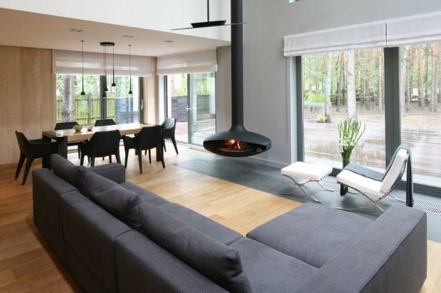 Okna – ich wielkość, rozmieszczenie i funkcjonalność, to obecnie jeden z najważniejszych elementów kompozycji domu we współczesnych koncepcjach architektonicznych. Trendy wywodzące się z krajów skandynawskich, gdzie duże przeszklenia są pra