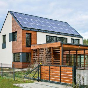 Dzięki zastosowanym rozwiązaniom i naturalnym materiałom budowlanym dom jest dodatni energetycznie, ale również zdrowy dla mieszkańców. Fot. Bartosz Makowski / materiały prasowe firmy Steico