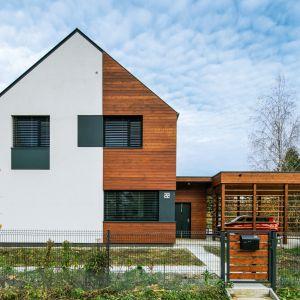 Podczas realizacji udało się zachować ponad 72% zieleni na działce budowlanej. Było to możliwe między innymi dzięki temu, że jest to budynek prefabrykowany. Fot. Bartosz Makowski / materiały prasowe firmy Steico