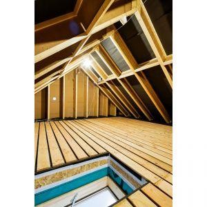Warstwę termoizolacyjną elementów konstrukcyjnych przegrody, która chroni przed utratą ciepła i wychładzaniem się budynku w zimie, a jednocześnie zapewnia skuteczną izolację przed zbytnim nagrzewaniem wnętrza w okresie letnim, wykonano z włókien drzewnych. Fot. Bartosz Makowski / materiały prasowe firmy Steico